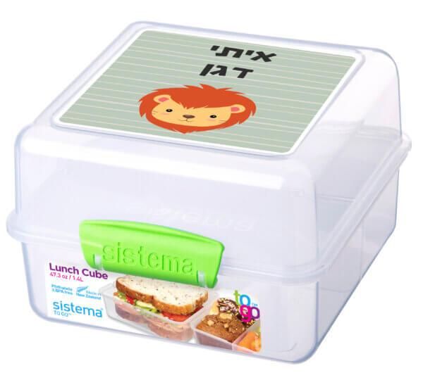 קופסת אוכל עם מדבקת שם